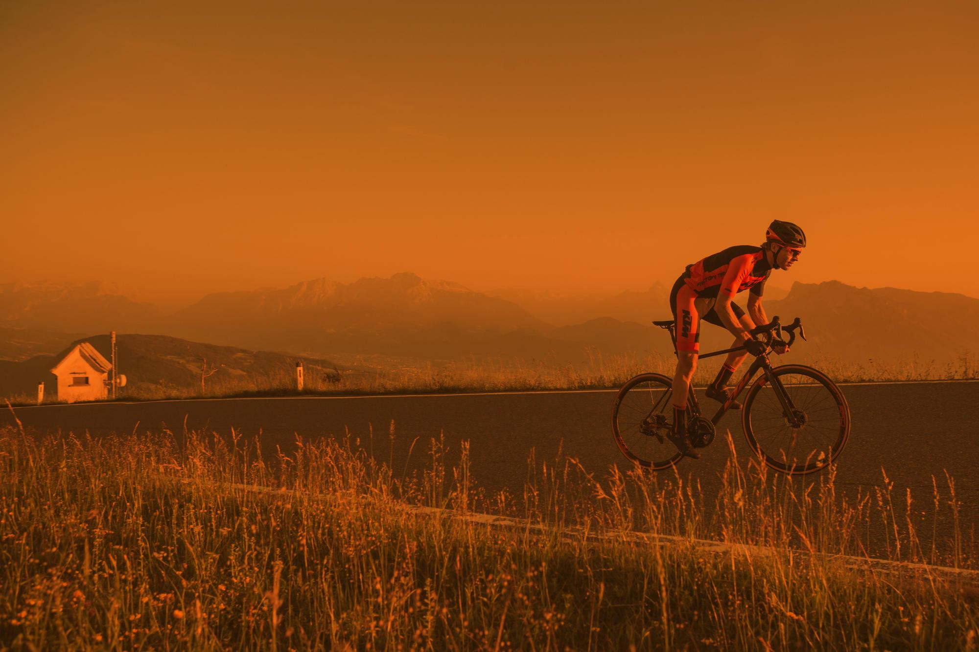 KTM Bike mit Berglandschaft